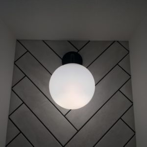 タイルのヘリンボーンと照明