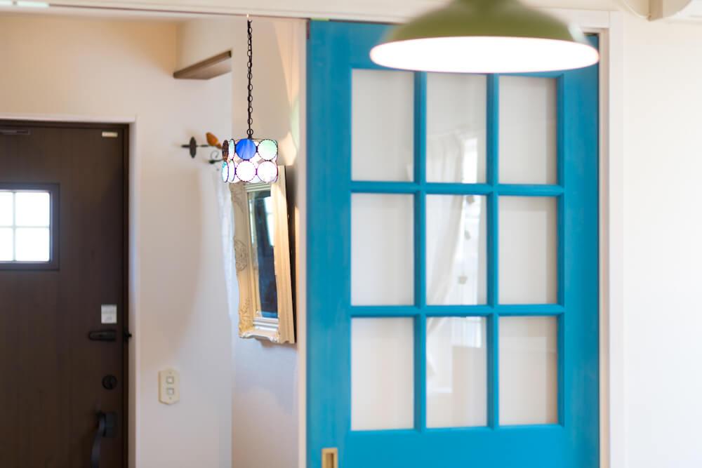 ブルーの扉が美しい!白を基調としたシンプルデザイン